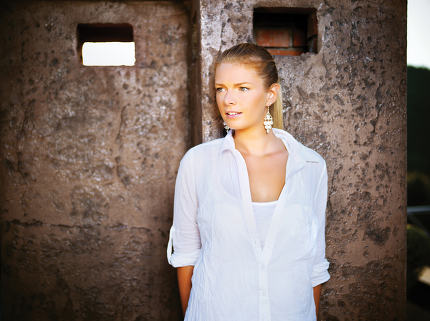 Girl outdoor, white dressed