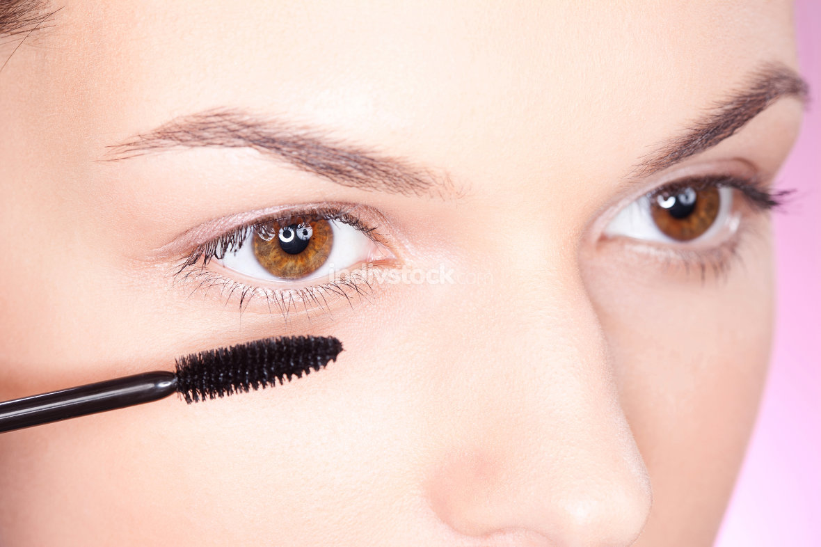 applying mascara on eye