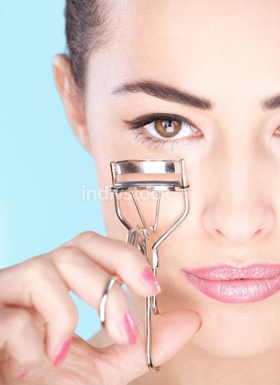 woman holding tool for eyelash