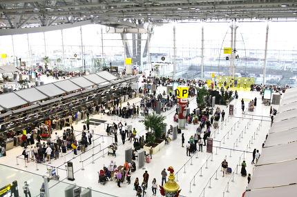 BANGKOK- FEBRUARY 17 : Passengers walking in Suvanaphumi Airport
