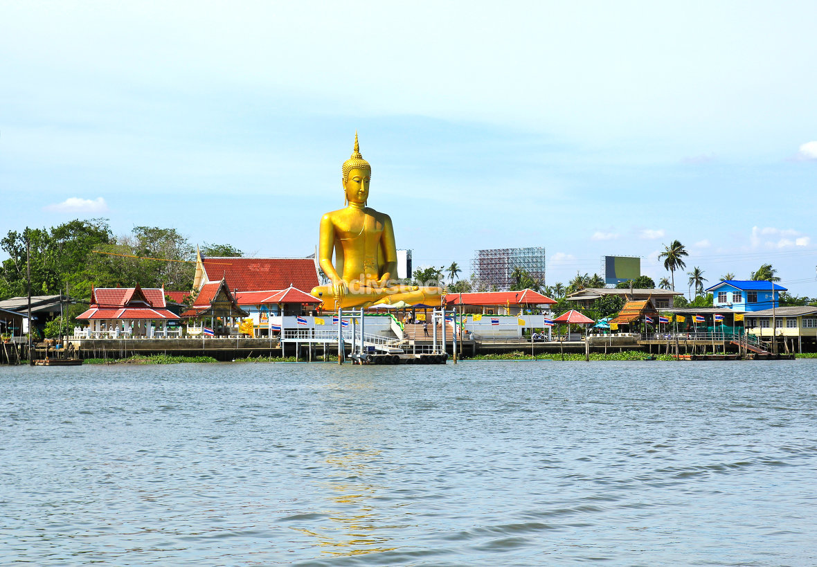 The view of big golden buddha be side the Chao Phraya river at K