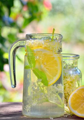 Elder lemonade with lemon