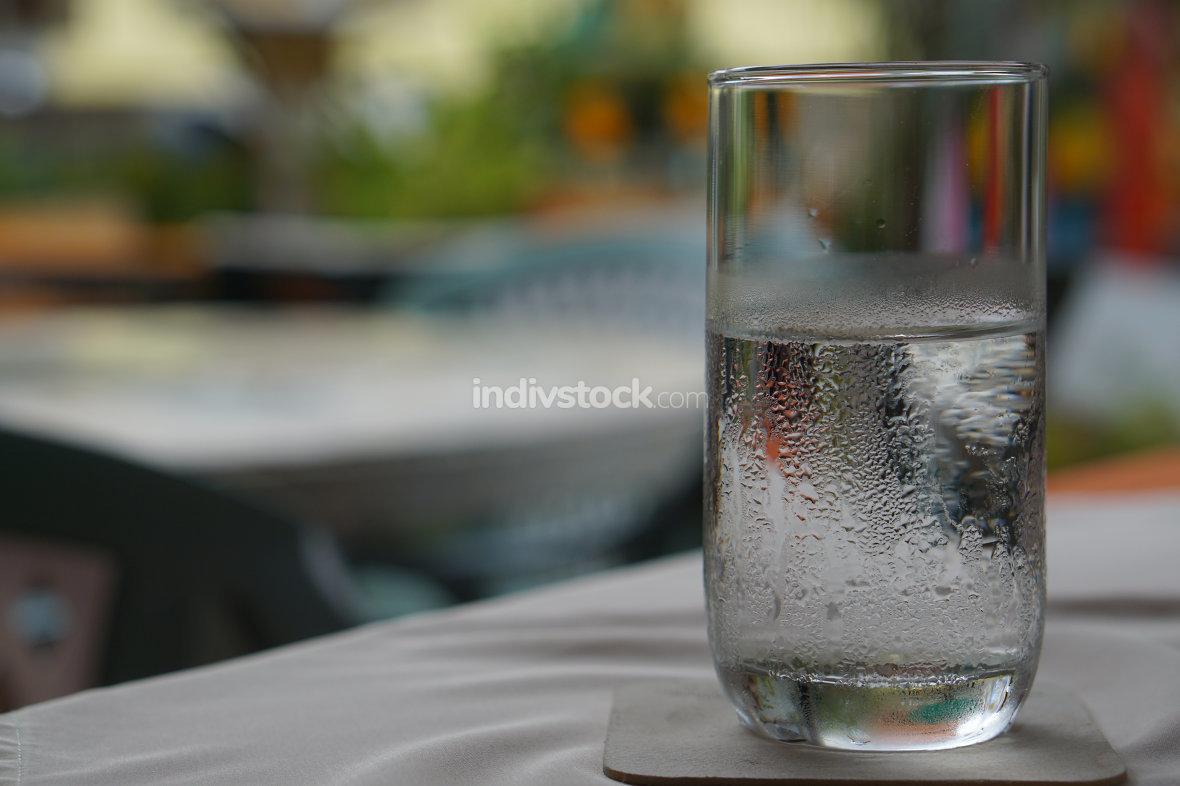 Glas mit kaltem Wasser im Restaurant
