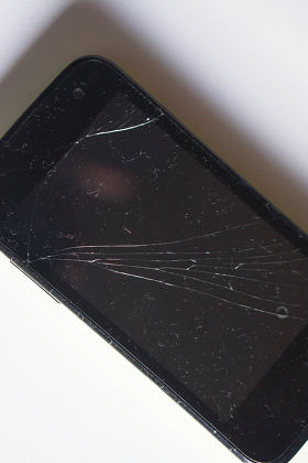 cracked mobiel phone glass