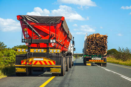 Dangerous overtaking maneuver in South Africa