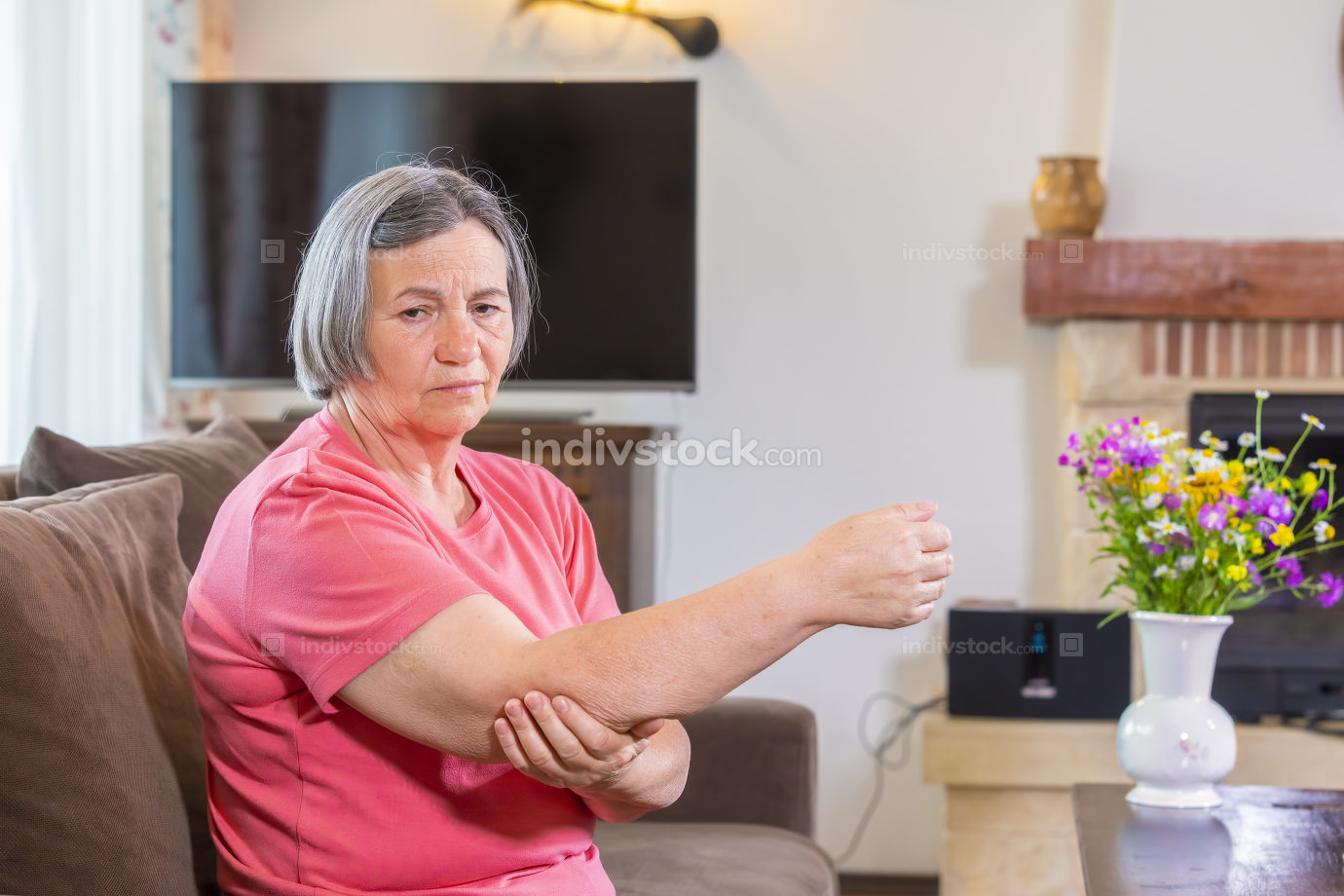 Elbow pain in an hand's elderly person