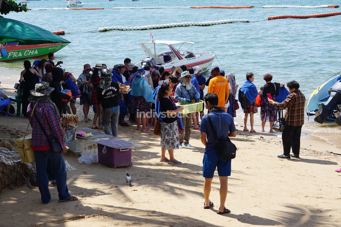 pattaya tourists waiting at speed boat pick up