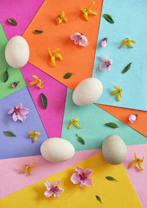 Unpainted eggs and spring flowers