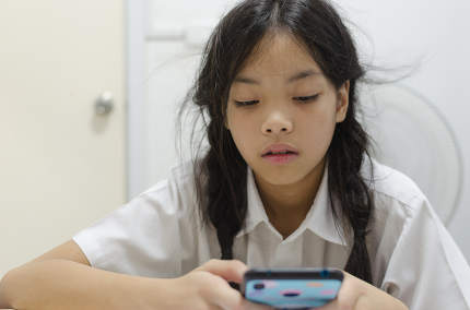 children addicted to phone games