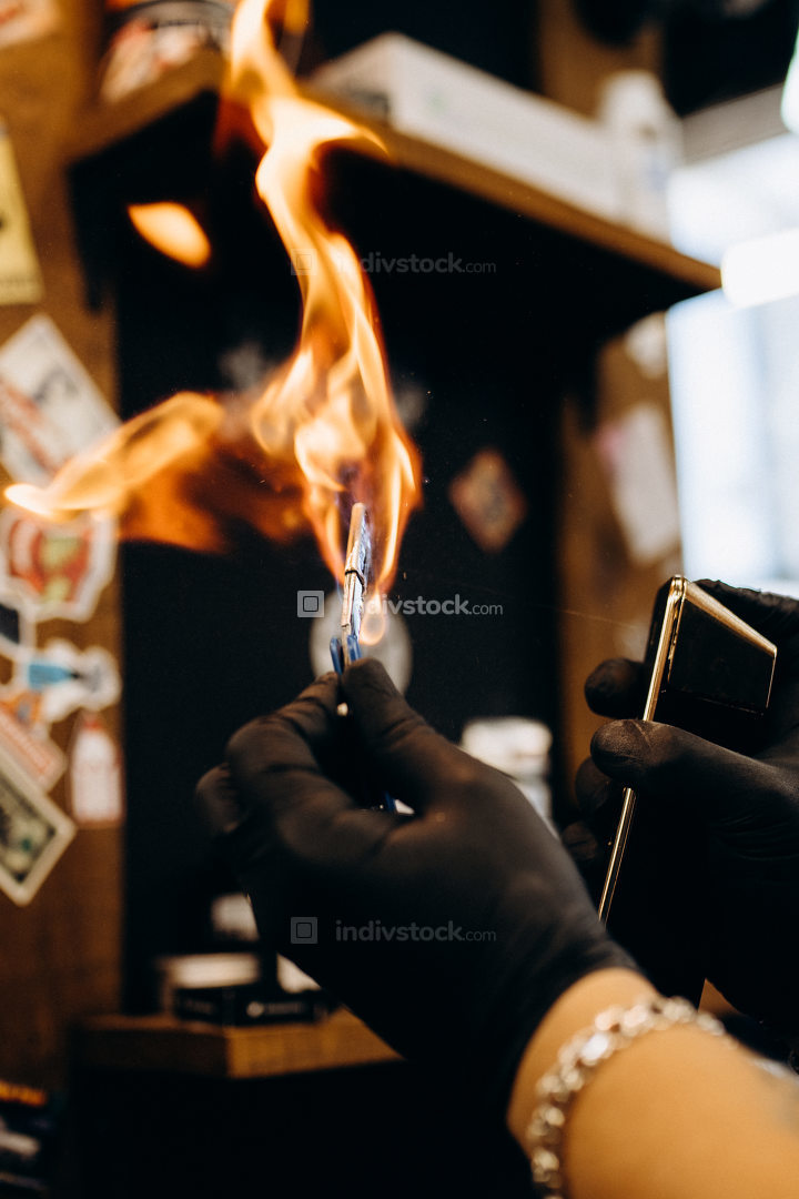 barberman burns razor with fire