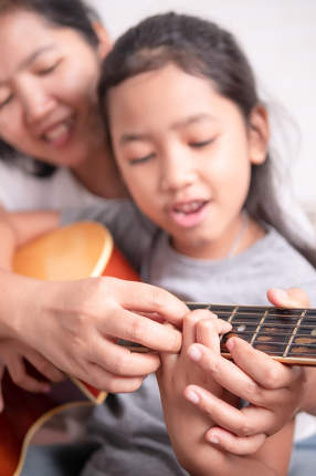 Children play the guitar