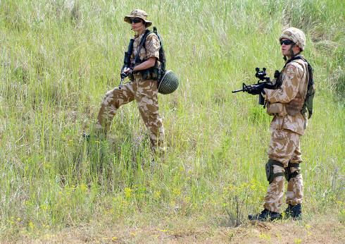 British soldiers in desert uniform in action