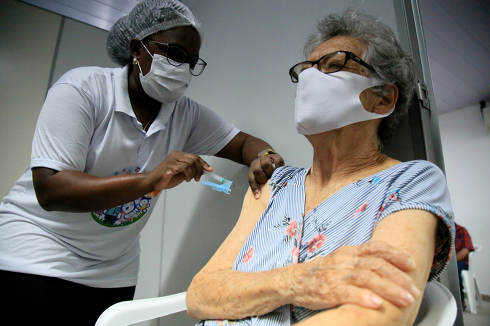 salvador, bahia, brazil-february 8, 2021: vaccination in the elderly over 90 years against covid-19, in the drive thru system, in a health center in the city of Salvador.