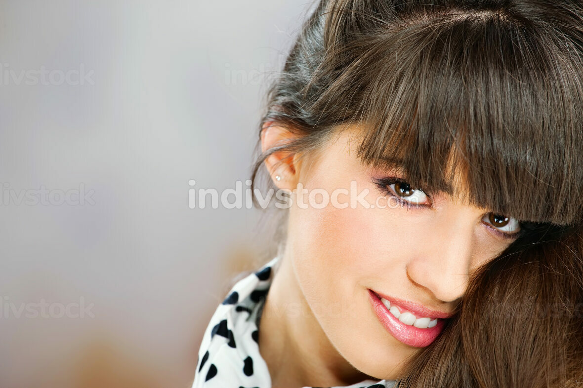 Indivstock lizenzfreies Stockfoto: Pretty woman with white scarf